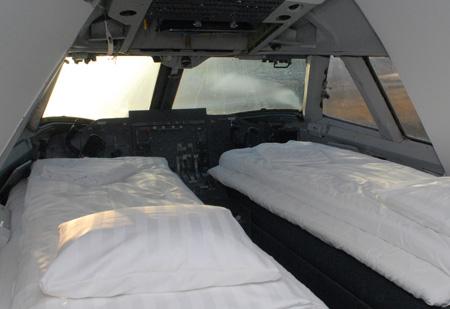 jumbohostel_cockpit_beds