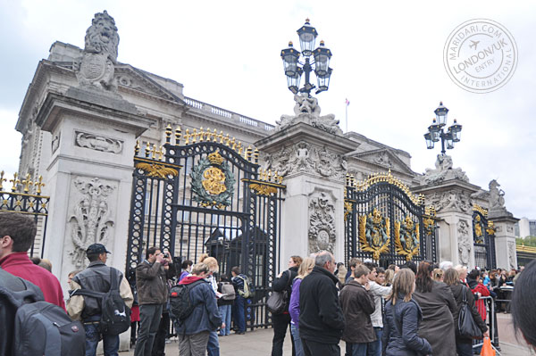 Buckingham Palace, official London Residence for the Queen, crowd gathering to see changing of guard