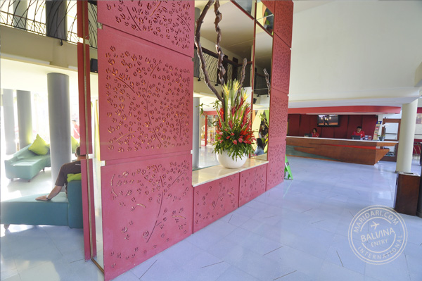 Indonesian hotels - All Seasons Legian Bali review - decor of hotel lobby