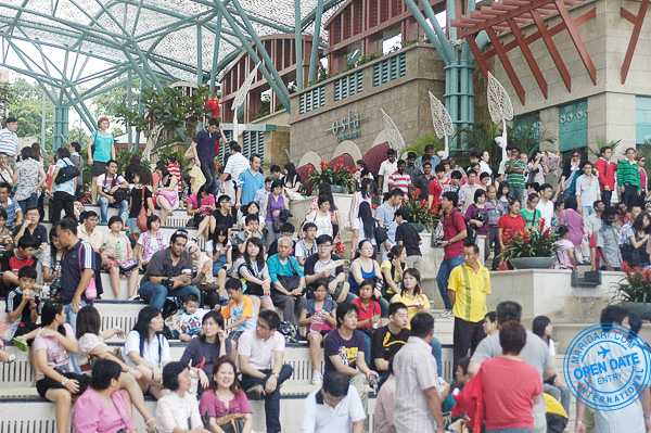 Resorts World Sentosa Singapore - crowd near the Lake of Dreams