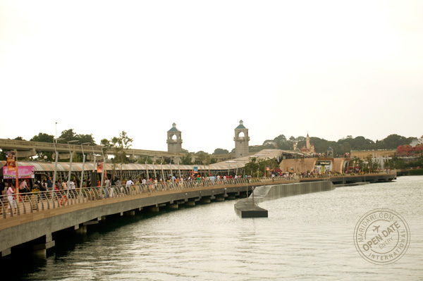 Sentosa Boardwalk, which opened in late January 2011, connects Vivocity waterfront promenade to Sentosa Island. It is free to use and has a covered walkway with a two-way travellator.